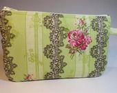 trousse pochette plate tissu fond vert imprimé de dentelle gris foncé et roses anciennes : Trousses par mademoiselle-rose