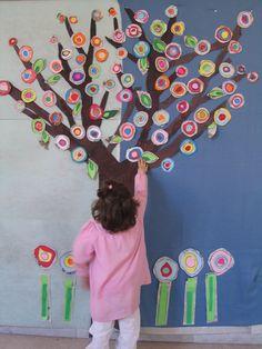 Albero realizzato con pezzi di carta colorata di scarto e giornali. www.tinafesta.wordpress.com
