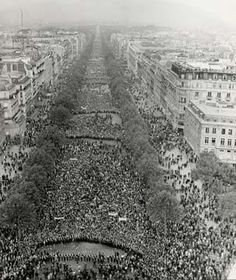 Paris - Mai 1968 - La manifestation sur les champs Elysées en faveur du général de Gaulle