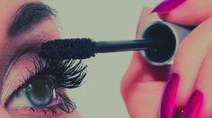 El rimel es en sí una de las herramientas del maquillaje más poderosas y usadas por las mujeres. El simple hecho de usarlo le da más brillo al rostro, pues resalta la mirada. Sin embargo a pesar de que lo usamos diario, muchas de nostras no sabe cómo aplicarlo correctamente para que no queden pegadas …