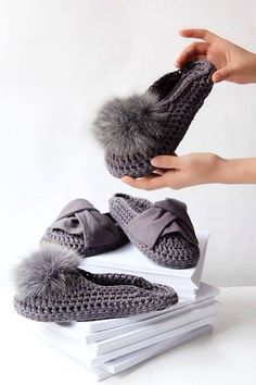is a step by step 48 minutes video tutorial of how to crochet unique mules This is a step by step 48 minutes video tutorial of how to crochet unique mules . -This is a step by step 48 minutes video tutorial of how to crochet unique mules . Crochet Boots, Crochet Slippers, Crochet Clothes, Crochet Baby, Free Crochet, Knit Crochet, Cotton Crochet, Crochet Granny, Crochet Crafts