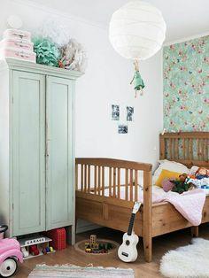 armoire enfant pas cher avec murs avec papier peint fleuri