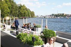 Ett sommartips i Stockholm är klassiska Mälarpaviljongenintill Norr Mälarstrands promenadväg. Förutom att man erbjuder mat och dryck finns det också en plant- och inredningsbutik. Att ta en drink och se solen gå ner i väst bortom Västerbron är bland det bästa man kan göra en sommarkväll i Stockholm. Men härligt att sitta här och njuta …