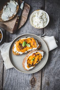 Caramelized Onion, Squash & Ricotta Tartines via Top with Cinnamon #recipe