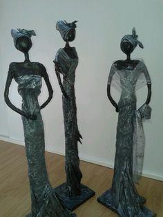 Beelden Afrikaanse vrouwen. Gemaakt van klei en paverpol