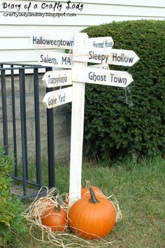 Diary of a Crafty Lady: Halloween Directional Wooden Post Sign - if only I had a miter saw :( Theme Halloween, Halloween Table, Halloween Signs, Outdoor Halloween, Halloween Projects, Diy Halloween Decorations, Halloween Town, Holidays Halloween, Vintage Halloween