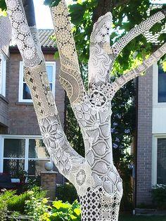 Lace graffiti on tree.thats my kind of graffiti. Land Art, Guerilla Knitting, Crochet Tree, Crochet Yarn, Crocheted Lace, Crochet Flower, Irish Crochet, Graffiti Artwork, Graffiti Piece