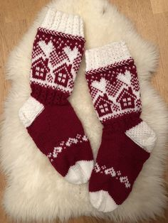 Mummon mökkisukka | Kodin Kuvalehti Fair Isle Knitting, Knitting Socks, Fair Isle Chart, Woolen Socks, Bunny Outfit, Stocking Pattern, Knitted Slippers, Cute Socks, Christmas Knitting
