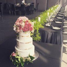 Semi Naked Sponge Wedding cake with fresh flowers #regniercakes #wedding #weddingcake #weddingcakes #weddingcakesmelbourne #weddingcakemelbourne #dessert #dessertcake  #dessertjars #dessertbuffet #dessertjarsmelbourne #freshflowers #dessertweddingcake #dessertweddingcakes flower by @florettabygrace