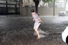 Chuva - rain - lluvia - estação - season - temporada - chovendo - raining - lloviendo - temporal - tempestade - storm - tormenta - dias - days - día - chuvoso - rainy - lluvioso - clima - climate - tempo - água - water - gotas - drops - sorriso – smile – sonrisa – feliz – happy – felicidade – happiness - homem – man – hombre - divertindo-se - having fun - divertirse - brincar – play – jugar – brincando – playing – jugando – diversão – diversión - Brasil - Brazil - surf - Ashton Kutcher