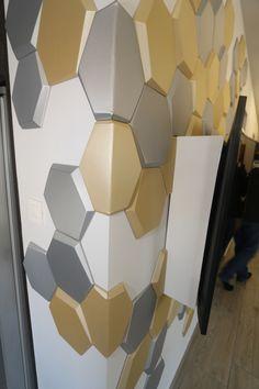 Igen, a MOPA 3D dekorpanelekkel ez is lehetséges! Felépítésének köszönhetően a panelek hajlíthatók, így könnyen helyezhetők sarkokra is, elkerülve a vágást. További információkért látogass el weboldalunkra! Showroom, Tile Floor, Wall Decor, Flooring, Texture, Rugs, Crafts, Home Decor, Home Decor Wall Art