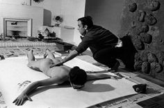 FRANCE. Yves Klein in his studio, directing a model in body art painting,14th arrondissement, Rue Campagne Premiere, Paris, 1961. (bron: Mag...