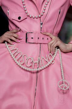 Moschino at Milan Fashion Week Fall 2020 - Details Runway Photos Vogue Fashion Week, Dior Fashion, Couture Fashion, Runway Fashion, Fashion Brands, Fashion Accessories, Fashion Jewelry, Milan Fashion, Fashion Poses