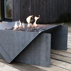 If you are looking for a unique fire pit that will allow you to gather around the fire in style, then the Stahl Gas Fire Pit - Propane Gas Hard Line would be the perfect solution. This outdoor fire pit has a modern design with a rustic touch. This Sta Metal Fire Pit, Diy Fire Pit, Fire Pit Backyard, Natural Gas Fire Pit, Outside Fireplace, Fireplace Ideas, Outside Fire Pits, Fire Pit Party, Fire Pit Materials