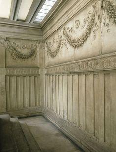 Decorazione interna. Ghirlande con bucrani e patere nella parte superiore e motivo con scanalature che ricordano il legno nella parte inferiore.