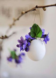 Give Them Something Special With a Personalized Easter Basket - Hang a blown egg and hang small flowers, e. A beautiful spring decoration. Deco Floral, Arte Floral, Easter Flowers, Spring Flowers, Easter Table, Easter Eggs, Happy Easter Everyone, Diy Ostern, Paper Tree