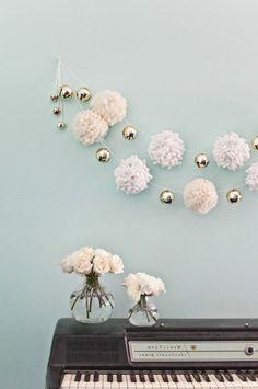 pompon en laine, piano, vases, roses, guirlande en pompons