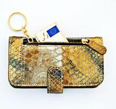 Funda de móvil de piel dorada AnimalPrint #Pauluxso. Cuenta con un monedero exterior para dinero y en el interior con compartimentos para las tarjetas. Glamour, Calidad y Funcionalidad.