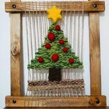 Resultado de imagen para telar mural decorativo Loom Weaving, Tapestry Weaving, Hand Weaving, Macrame Plant Holder, Plant Holders, Christmas Yarn, Christmas Crafts, Crafts To Make, Diy Crafts