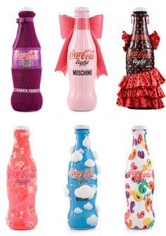 I Love Coca-Cola - Para fazer um tributo ao mundo fashion a Coca-Cola convidou  alguns designers italianos colocar sua marca em sua edição limitada de garrafas. Nomes fortes como Moschino, Donatella Versace, Angela Missoni, Alberto Ferreti, Consuelo Castiglioni e Etro estão no projeto. Quero todas!