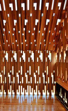 los cortes enlamadera ademas de crear una textura visual permiten la entrada de luz creando un juego de luces y sombras...R2 Wooden Lace by Masaki WATASE architecture, Kumamoto, Japan