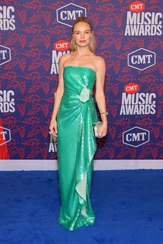 Kate Bosworth Strapless Dress - Kate Bosworth looked divine in a strapless aqua-green gown with a gathered waist at the 2019 CMT Music Awards. Pink Mini Dresses, Nice Dresses, Dresses With Sleeves, Summer Dresses, Kate Bosworth Style, Cmt Music Awards, Aqua, Green Gown, Sienna Miller