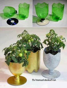 :) con CDs y botellas de plástico