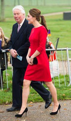 Pin for Later: Kate Middleton hat sich in diesem Jahr selbst übertroffen  Das rote Kleid von Katherine Hooker sorgte für ein bisschen Farbe bei einem Event in Norfolk.
