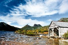 The Overland Track tager vandrere tværs ind over Tasmanien, med alt hvad det indebærer af våd regnskov og gunstige hedelandskaber, duftende...