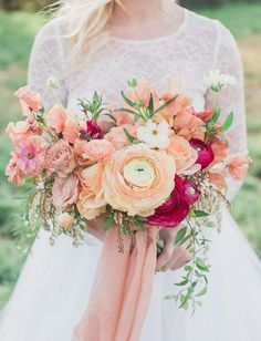 peach ranunculus bouquet #weddingbouquet #peachwedding