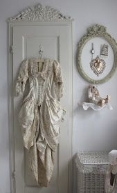 Vintage Girl: Robe ancienne-like the pediment over the door