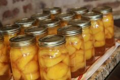 Canned peaches - raw pack method. I like this better than cooked fruit. Use Fruit Fresh or lemon juice to keep peaches from browning. Canning Tips, Home Canning, Canning Recipes, Can Peaches Recipes, How To Can Peaches, Canning Food Preservation, Preserving Food, Preserving Peaches, Canning Peaches