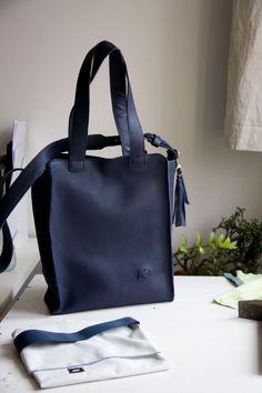 Granatowa wersja dużej torby z rączkami i paskiem do noszenia przez ramię. Bardzo gruba i mocna skóra.