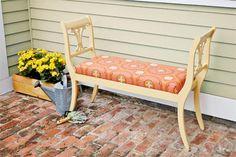 Sådan laver du smukke gamle stole til en smuk 'gammel' bænk. Vi har så mange virkelig flotte gamle stole stående, men en del af dem er sæt af 2 eller 3, og hvad gør man så? Her er den gode ide, vi har manglet. Det bliver spændene at prøve.