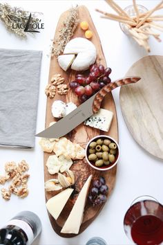 By serving the guests a cheese platter, a host can hardly do anything wrong. All you need is a wooden board, a handful of grapes, a glass of wine - and of course a small, exquisite selection of cheeses. With its perfect cut and outstanding design, the Forge de Laguiole® cheese knife designed by Michel and Sébastien Bras completes the elegant charcuterie board. #charcuterieboard #cheese #cheeseboard #cheeseplatter #cheeseknife #handmade #tablesetting #cutlery #knife #knives #flatware