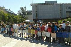 Udeleženci pohoda so nosili blago z napisanimi imeni ubitih