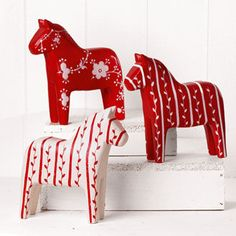 Wooden Dala Horse 3 Piece Set - Two red and one white decorated Scandinavian Dala Horses. Imported from Denmark. Norwegian Christmas, Scandinavian Christmas, White Christmas, Christmas Time, Christmas Crafts, Swedish Christmas Decorations, Xmas, Christmas Tables, Modern Christmas