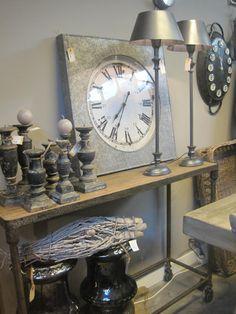 Industriële side-table en lampjes met brocante kandelaars en 'oude' klok.