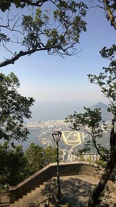 Vista de parte da Zona Sul do Rio de Janeiro - Jardim Botânico, Gávea e Leblon - a partir das escadas do Corcovado.