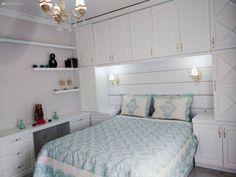 Yatak odası tasarımlarında depolama alanının fazla ve kullanışlı olması, en az estetik kadar önemli. Sibel hanımın özel yapım yatak odası mobilyaları, ihtiyaçları doğrultusunda ev sahibimiz tarafından...
