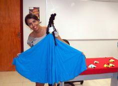 Servidora Ana Paula com boneca feita na oficina.