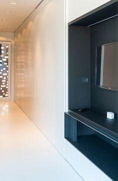Deze moderne rijwoning heeft twee gezichten • Architect: Bettina Luyten (woonkamer • inbouwkasten • tv-meubel)