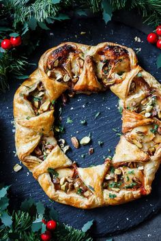Cranberry and Brie puff pastry wreath Golden puff pastry wreath filled with sweet cranberry sauce, oozy Brie cheese and pistachios is a fantastic addition to your holiday cheese board. - Cranberry and brie puff pastry wreath Vegetarian Starters, Vegetarian Recipes, Cooking Recipes, Cooking Tips, Easy Recipes, Best Holiday Appetizers, Holiday Recipes, Brie Puff Pastry, Puff Pastries