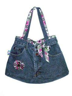Comment fabriquer un sac avec un jeans usé :) ? Diy Bags Purses, Purses And Handbags, Sewing Jeans, Jean Purses, Diy Sac, Denim Handbags, Denim Crafts, Upcycled Crafts, Denim Purse