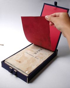 Encadernação Japonesa em forma de caixa by amandANewlands, via Flickr. Translated: Binding Japanese box-shaped. This was a job for the class whose purpose was to make a binding based on a fable. I chose a Japanese fable about a box that held the youth, to be open to carrying out.""