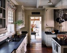 Traditional country kitchens are a design option that is often referred to as being timeless. Over the years, many people have found a traditional country kitchen design is just what they desire so they feel more at home in their kitchen. New England Kitchen, New Kitchen, Cozy Kitchen, Kitchen Ideas, Kitchen Inspiration, Kitchen Colors, Kitchen Layout, Awesome Kitchen, New England Farmhouse