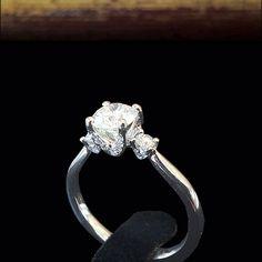 Кольцо с бриллиантом. Белое золото 750 пробы. Центральный бриллиант 0.84 карата, круглой огранки. Общий вес всех бриллиантов 1,07 карат.  Артикул: A4146