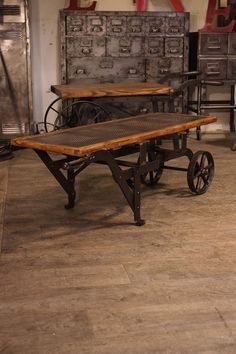 Give Your Rooms Some Spark With These Easy Vintage Industrial Furniture and Design Tips Do you love vintage industrial design and wish that you could turn your home-decorating visions into gorgeous reality? Industrial Design Furniture, Vintage Industrial Furniture, Industrial Table, Industrial House, Industrial Interiors, Vintage Home Decor, Rustic Furniture, Vintage Style, Luxury Furniture