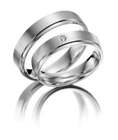 Witgouden #trouwringen model 20111 4,5mm. De damesring is bezet met een briljant geslepen diamant. Herenring gratis € 735.- www.trouwringen-herenring-gratis.nl