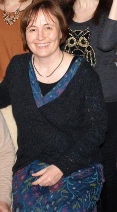 Wickelstrickjacke anthrazit und blaues Kleid